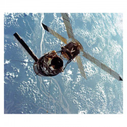 Carte / presentoir avec un fragment Original Nasa Skylab 3 ( 049 )